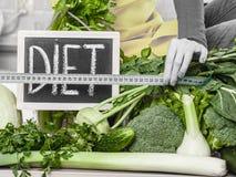 Kobieta w kuchennym mieć zielonych diet warzywa Zdjęcia Stock