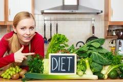 Kobieta w kuchennym mieć zielonych diet warzywa Zdjęcia Royalty Free