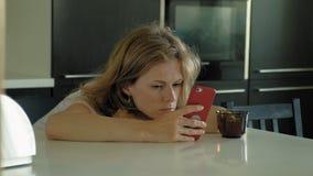 Kobieta w kuchni używa pastylkę, właśnie budził się Śniadaniowy wczesny poranek zdjęcie wideo