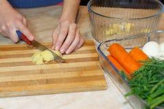 Kobieta W kuchni Z Pieczonym kurczakiem Młoda gospodyni domowa robi sałatki Fotografia Stock