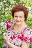 Kobieta w kwiatach Apple Zdjęcia Stock
