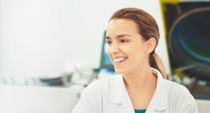 Kobieta w lab z equipments, pipety Zdjęcia Royalty Free