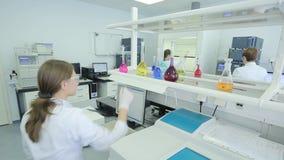 Kobieta w laboratorium badaniu badanie w laboratorium badawczym kobieta naukowa pracy w laboratorium atrakcyjny zdjęcie wideo