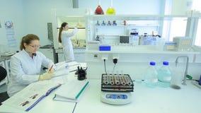 Kobieta w laboratorium badaniu badanie w laboratorium badawczym kobieta naukowa pracy w laboratorium atrakcyjny zbiory wideo