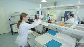 Kobieta w laboratorium badaniu badanie w laboratorium badawczym kobieta naukowa pracy w laboratorium atrakcyjny zbiory