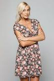 Kobieta w lato sukni pozyci z fałdowymi rękami Obrazy Stock