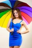 Kobieta w lato sukni trzyma kolorowego parasol Obrazy Royalty Free