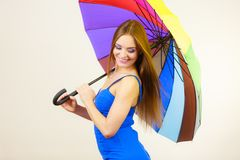 Kobieta w lato sukni trzyma kolorowego parasol Obrazy Stock