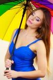 Kobieta w lato sukni trzyma kolorowego parasol Zdjęcia Stock