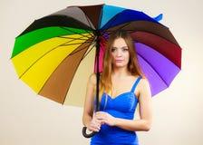 Kobieta w lato sukni trzyma kolorowego parasol Zdjęcia Royalty Free