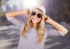 Kobieta w lecie odziewa z rękami na głowie przeciw rozmytej ulicie z racą obrazy stock