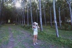 Kobieta w lesie używa VR rzeczywistości wirtualnej szkła zdjęcie stock
