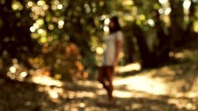 Kobieta w magicznym lesie zbiory wideo