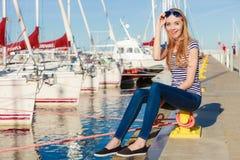 Kobieta w marina przeciw jachtom w porcie Zdjęcia Royalty Free