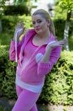 Kobieta w menchii bawi się kostium w parku Zdjęcia Stock
