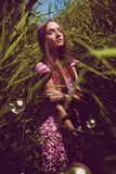 Kobieta w menchii sukni z mydlanymi bąblami Fotografia Royalty Free