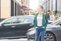Kobieta w mieście z zamazanymi samochodami na tle zdjęcia stock