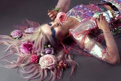 Kobieta w moda przejrzystym deszczowu z prześwietnym uzupełniał i fryzura Obraz Stock