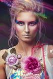 Kobieta w moda przejrzystym deszczowu z prześwietnym uzupełniał i fryzura Zdjęcie Royalty Free