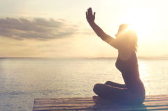 Kobieta w modlitwie jest z harmonii z ja i naturą Fotografia Stock