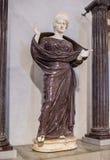Kobieta w modlitwie między dwa ionic kolumnami luwr Fotografia Stock