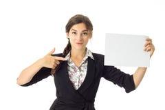 Kobieta w mundurze z białym plakatem w rękach obrazy royalty free