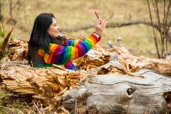 Kobieta w naturze robi selfie Obrazy Royalty Free