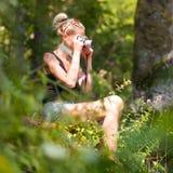 Kobieta w naturze z retro kamerą Zdjęcia Royalty Free