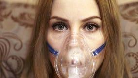 Kobieta w nebulizer maskowej robi inhalaci dla astmy traktowania zdjęcie wideo