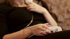 Kobieta w nebulizer maskowej robi inhalaci dla astmy traktowania zbiory