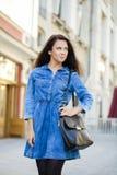 kobieta w niebiescy dżinsy sukni na ulicie Zdjęcia Royalty Free