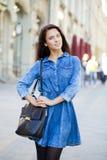kobieta w niebiescy dżinsy sukni na ulicie Obraz Stock