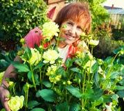 Kobieta w ogródzie dba dla kwiatów Fotografia Royalty Free