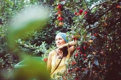 Kobieta w ogródzie jagoda zdjęcie royalty free