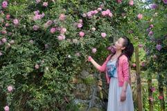 Kobieta w ogródzie różanym Obraz Royalty Free