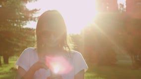 Kobieta w okularach przeciwsłoneczne zdjęcie wideo