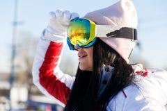 Kobieta w okularach przeciwsłonecznych przy górami fotografia stock