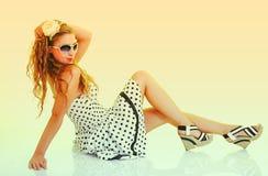 Kobieta w okulary przeciwsłoneczne, tonujących w retro szpilce retro projektuje Zdjęcia Royalty Free