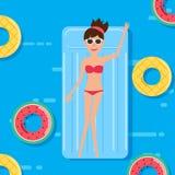 Kobieta w pływanie kostiumu lying on the beach na spławowej pływackiego basenu materac z owoc gumowym pierścionkiem katya lata te ilustracji