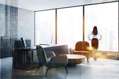 Kobieta w panoramicznym CEO biurze zdjęcie stock