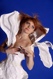 Kobieta w papierowej sukni obraz stock