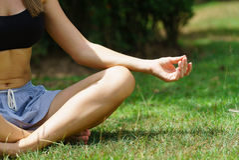 Kobieta w parkowy ćwiczy joga outdoors Obrazy Royalty Free