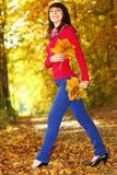 Kobieta w parku z jesień liść w ręce Fotografia Royalty Free