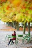 Kobieta w Paryż na jaskrawym spadku dniu Zdjęcia Stock