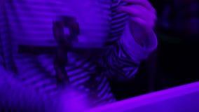 Kobieta w pasiastym bluzka tanu przy przyjęciem Noc klubu atmosfera, relaks zdjęcie wideo