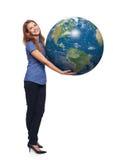 Kobieta w pełnej długości mienia ziemi kuli ziemskiej Obrazy Stock