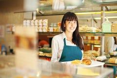 Kobieta w piekarni Zdjęcia Stock