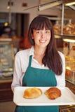 Kobieta w piekarni obrazy stock
