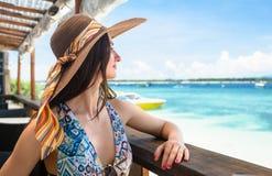 Kobieta w plażowym cukiernianym cieszy się widok na ocean w wakacje Obraz Stock