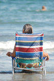 Kobieta w plażowym krześle Zdjęcia Stock